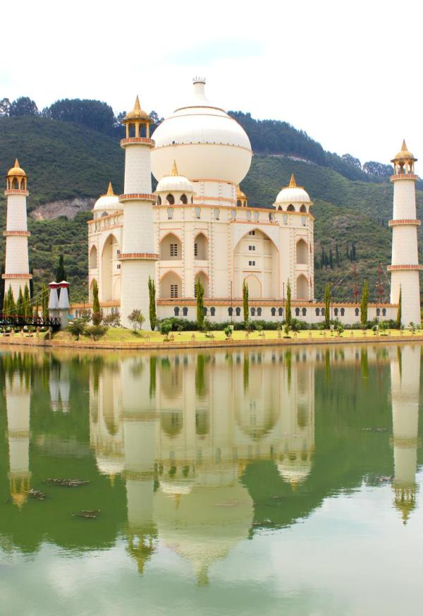 The Taj Mahal replica in Jaime Duque Park.